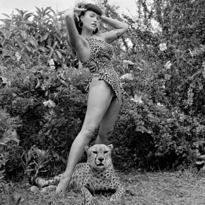 Bettie-Page-e-cheetah-1954-Fotografia-Bunny-Yeager